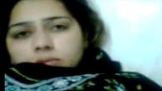 زوجة عربية في فيديو سكس منزلي مسرب تدلع زوجها قبلات ومص و نيك ...